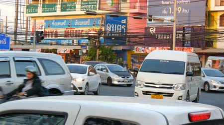 ornamentação : PATTAYA, THAILAND - DECEMBER 20, 2017: Huge Asian traffic on the street. A large number of motorbikes, cars, trucks, buses on a main street
