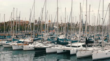 стремление : Part of beautiful white stylish yacht moored in a harbor or bay in Barcelona