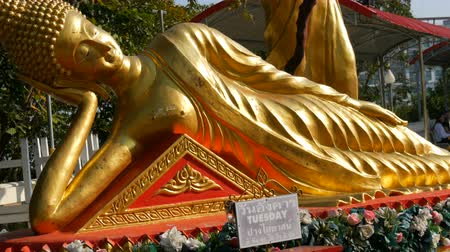 thai kültür : Golden statue of reclining Buddha in a temple complex of Big Buddha Pattaya, Thailand Stok Video