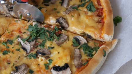 engorda : Womans hand takes piece of round pizza withwith greens, chicken, mushrooms and double cheese Stock Footage