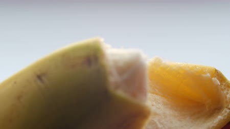 окропляет : Woman sexually peel banana skin, macro close up view