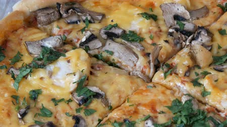 apertado : Womans hand takes piece of round pizza withwith greens, chicken, mushrooms and double cheese Vídeos