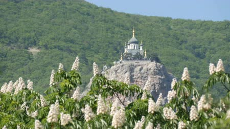 ortodoxia : Orthodox Church in Foros stands on a mountain, against a backdrop of flowering chestnuts
