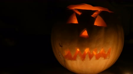 сквош : Luminous grimace carved on the Halloween pumpkin to the Day of All Saints in dark
