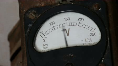 agulha : Old vintage voltmeter that shows voltage Stock Footage