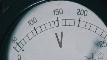 parafusos : Old vintage voltmeter that shows voltage Vídeos