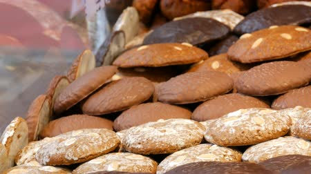 şeklinde : Traditional Christmas Nuremberg chocolate and ginger gingerbread on the windows of Christmas market. Christmas spirit. Traditional German lebkuchen