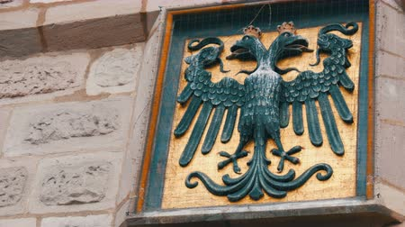 Бавария : The emblem of Nuremberg, Germany on the wall in the historic part of the city. Black headed eagle Стоковые видеозаписи