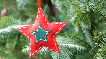 miçanga : Christmas tree toy in the shape of star of red color from wool fabric decorated with glass beads that hangs on a branch