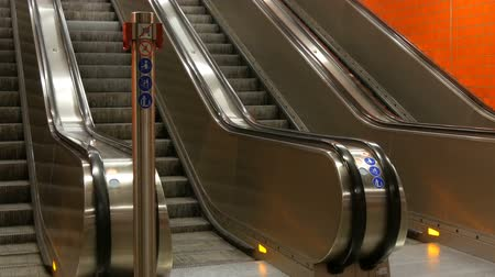 лифт : Large modern escalator in subway. Deserted escalator without people on four lanes that move up and down Стоковые видеозаписи
