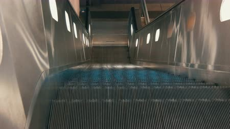 erişilebilirlik : Escalator moves up to the camera.