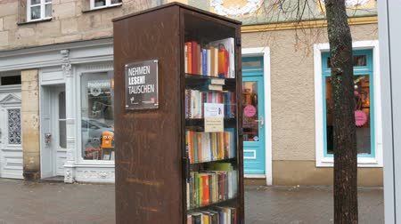 escrito : Furth, Germany - December 3, 2018: The world famous bookcrossing movement in Germany. Special shelves with books written in German, which stands on the street.