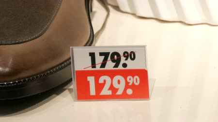 sem camisa : Price tags on luxury expensive shoes that stand on the showcase of a shoe store close up view. Holiday discounts or sales.