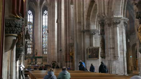 bavorské : Nuremberg, Germany - December 1, 2018: Inside view of the Church of St. Lorenz in Nuremberg. Old tall columns in medieval church near which tourists walk