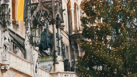 münchen : Main tree with cones and garlands in Munich on Marienplatz. Part of the town hall with various statues of kings
