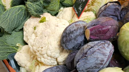 colidir : Varieties of cabbage, white, Brussels, broccoli, color on the market counter. Healthy food, healthy fiber, vegetable diet