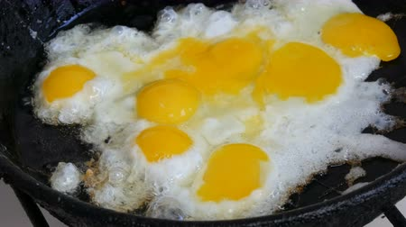 fürj : Small quail eggs break into pan for fried scrambled eggs Stock mozgókép