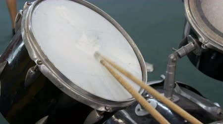 ドラムスティック : The teenager is learning to play drum set. Drum sticks knock on different drums cymbals