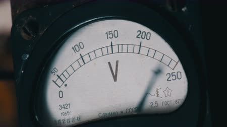 schroef : Old vintage voltmeter that shows voltage Stockvideo