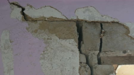 gat in muur : Large holes and cracks in a concrete wall Stockvideo
