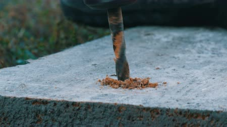schroef : Male hand drilling wood with manual drilling machine outdoors in the autumn close up view