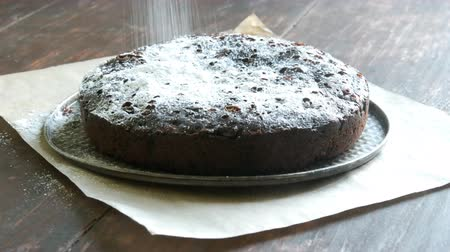 pão de especiarias : Very big chocolate brownie cake powder on top with white icing sugar