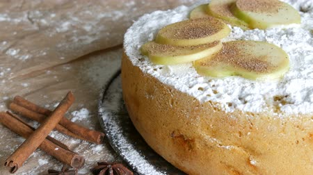 peperkoek : Delicious gingerbread apple pie charlotte. Traditional cinnamon and apple pie close up