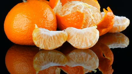 rotates : Fruits mandarin on a black background on a mirror surface Stock Footage