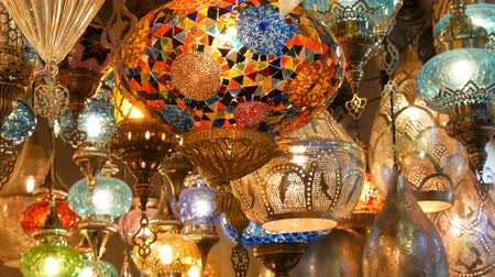 восточный базар : Multi-colored Turkish mosaic lamps on ceiling market in the famous Grand Bazaar in Istanbul, Turkey