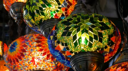 kerámiai : Multi-colored Turkish mosaic lamps on ceiling market in the famous Grand Bazaar in Istanbul, Turkey