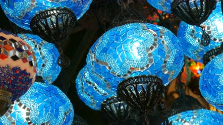 azulejos ceramicos : Blue Turkish mosaic lamps on ceiling market in the famous Grand Bazaar in Istanbul, Turkey Archivo de Video