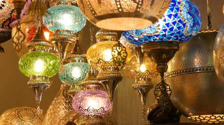 sárgaréz : Multi-colored Turkish mosaic lamps on ceiling market in the famous Grand Bazaar in Istanbul, Turkey