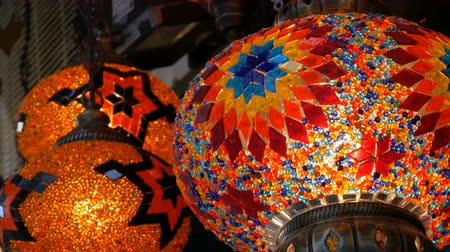 isztambul : Many multi-colored Turkish mosaic lamps on ceiling market in the famous Grand Bazaar in Istanbul, Turkey Stock mozgókép