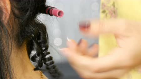 trabalhar fora : Hairdresser stylist makes a special curl small curly hair with special curling iron Vídeos