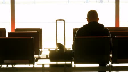ranvej : Silhouette of a man with suitcase waiting at the airport before departure Dostupné videozáznamy