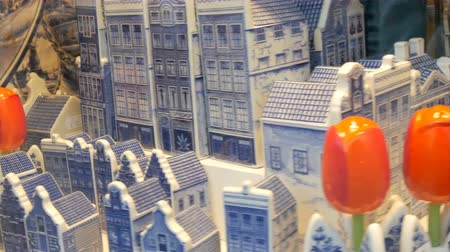 souvenirs : Porcelain blue rolling houses and red tulips in the Dutch style, in shop window in Amsterdam, the Netherlands Stock Footage