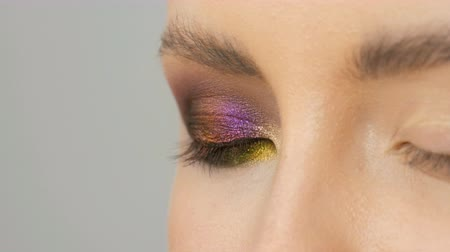 alta calidad : Professional stylist make-up artist makes eye makeup model. Face model with evening makeup close up view