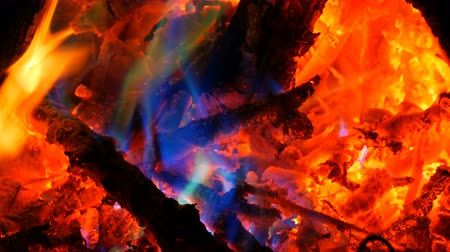 pohanský : Mystical magic rainbow fire changes color to multicolor flames. Bonfire burns in many colors in dark background