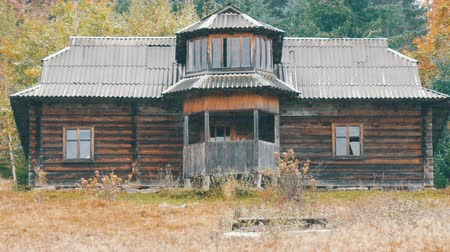 cercar : The first snow in early autumn against the background of old wooden abandoned house with broken windows in the fall. Abandoned house in the Carpathians in October Stock Footage