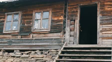 cercar : Old wooden abandoned wooden house for shepherds on background of picturesque Carpathian mountains in autumn. Abandoned building in poor condition Stock Footage