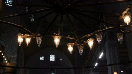 kaligrafia : Interior old vintage lamps in ceiling chandelier in the world famous blue mosque in Istanbul, Turkey Wideo