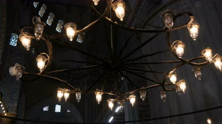 минарет : Interior old vintage lamps in ceiling chandelier in the world famous blue mosque in Istanbul, Turkey Стоковые видеозаписи