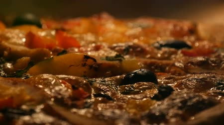 poivre noir : Vegetarian wholesome food. Delicious vegetarian pizza with black olives, paprika, mushrooms, vegetables and herbs baked in oven