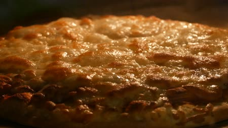 étkező : Cheese on pizza melts from oven heat close up Stock mozgókép