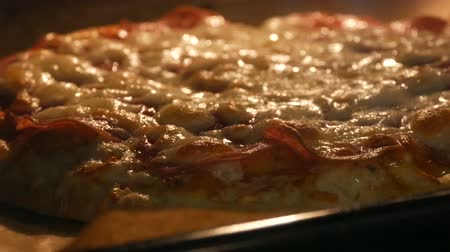 pinda : Lekkere Italiaanse pizza salami en kaas geroosterd in de oven close-up Stockvideo