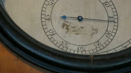 minutos : Clock hand moves on dial of old, vintage mechanical watches