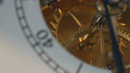minutos : Watch mechanism macro. Vintage gold clock mechanism working Stock Footage