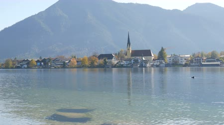 algi : Beautiful old church in vibrant place on the background of the Bavarian Alps on the shore of Lake Tegernsee