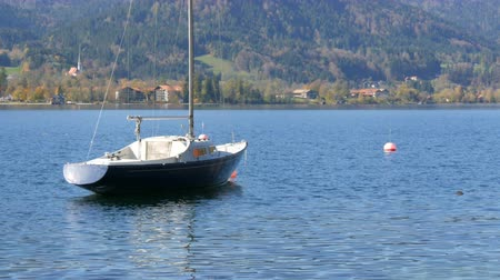 bavorské : Lonely small boat at anchor in beautiful picturesque mountain area on Lake Tegernsee, Bavaria