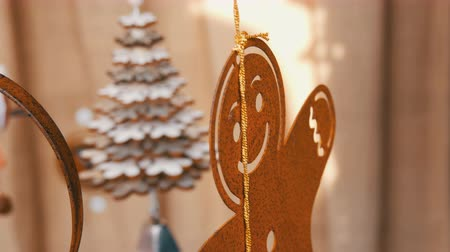 расфокусированный : New Year and Christmas decor, rusty iron figure of a gingerbread man, who sways in the wind in counter of the Christmas market in Germany